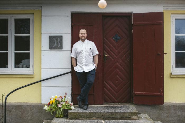 Daniel Berlin står utanför dörren till sin restaurang
