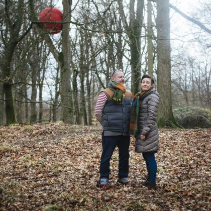 Mattias Givell och Elisabeth Millqvist i skogen i Wanås