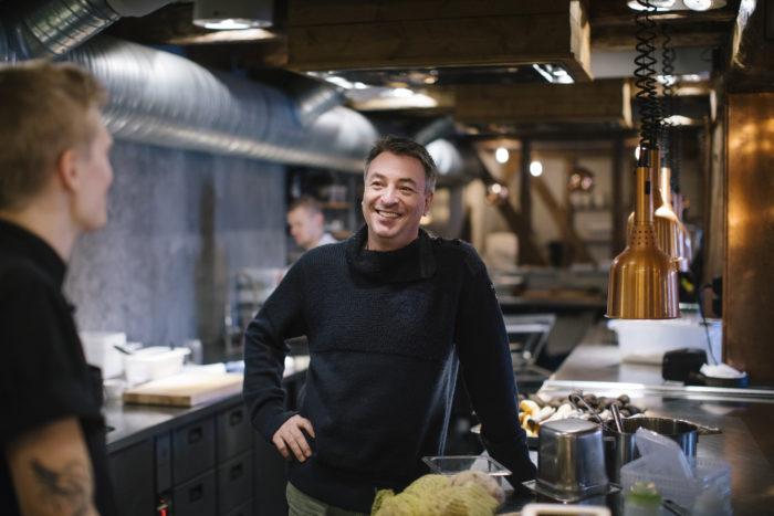 Tareq Taylor står i restaurangkök