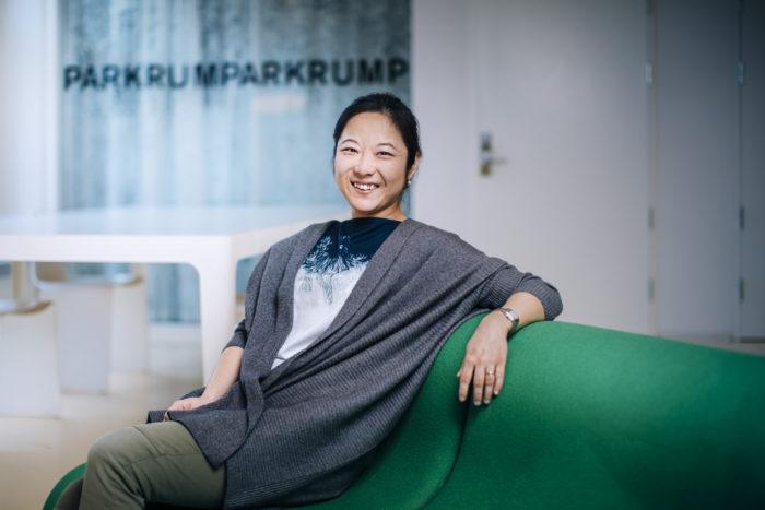 Yan Yao sitter i soffa