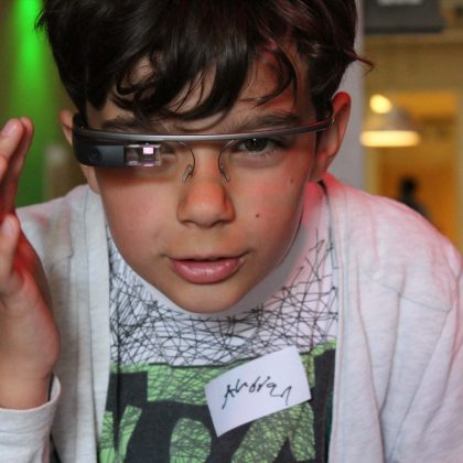 Pojke testar AR-glasögon