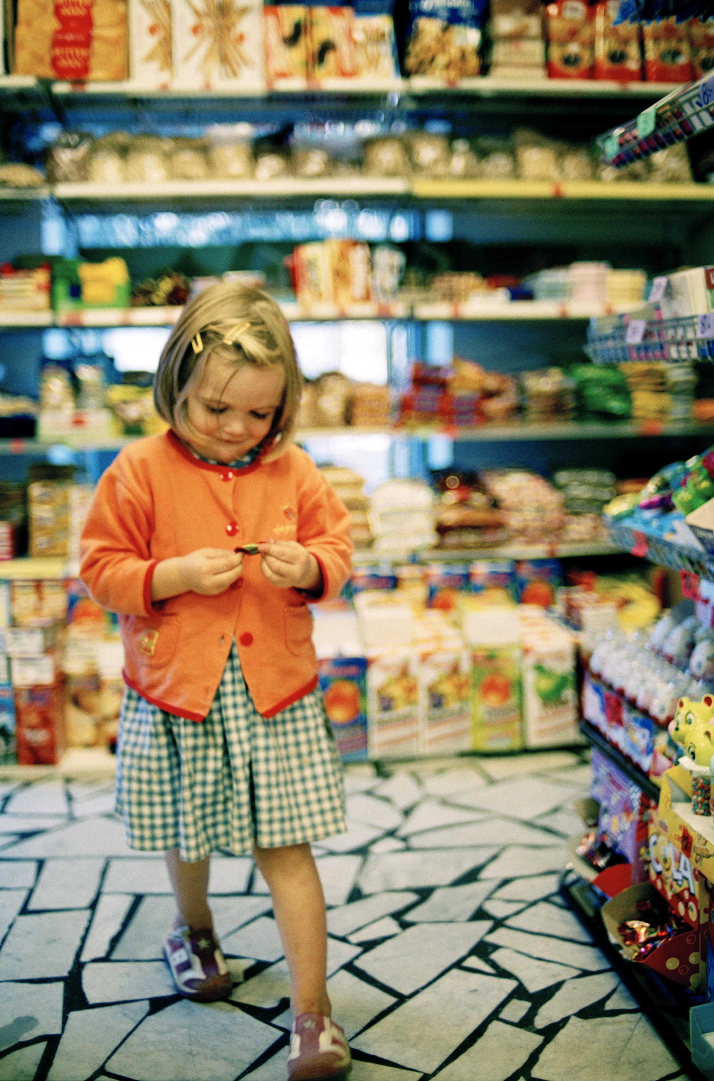 Flicka i livsmedelsaffär, Möllevångstorget i Malmö