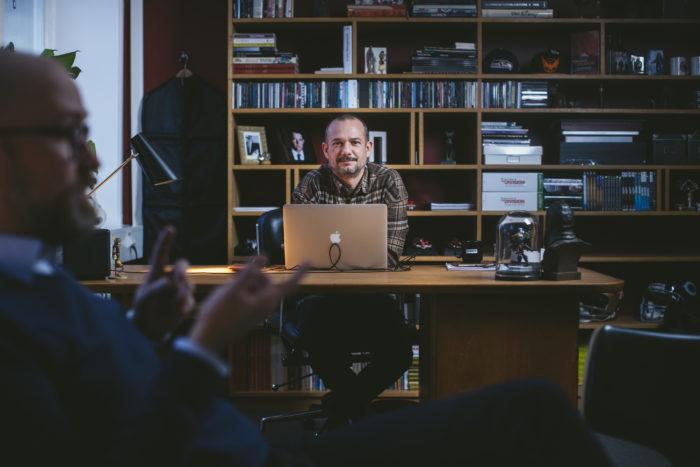 David Polfeldt sitter bakom skrivbordet på sitt kontor.