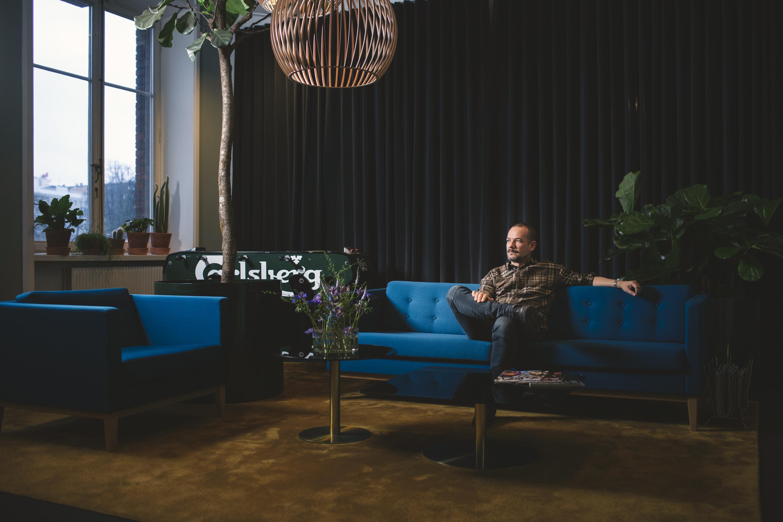 David Polfeldt sitter i soffa