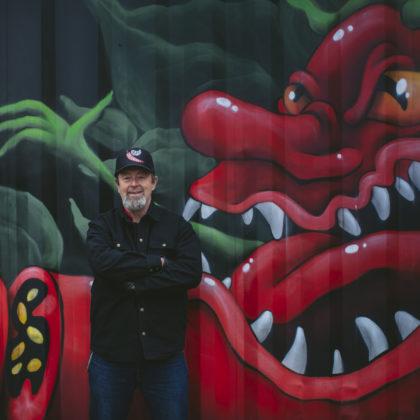 Mark Wilcox står framför graffiti