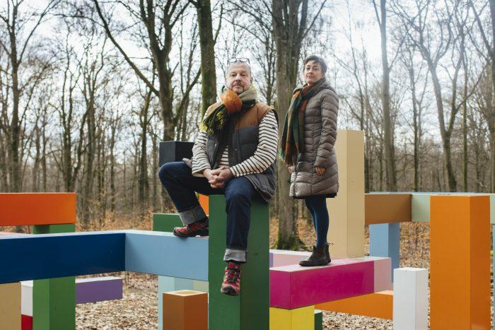 Mattias och Elisabeth sitter på konstverk i Wanås