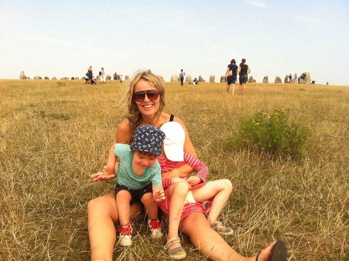 Daniels fru Karin med deras barn vid Ales stenar